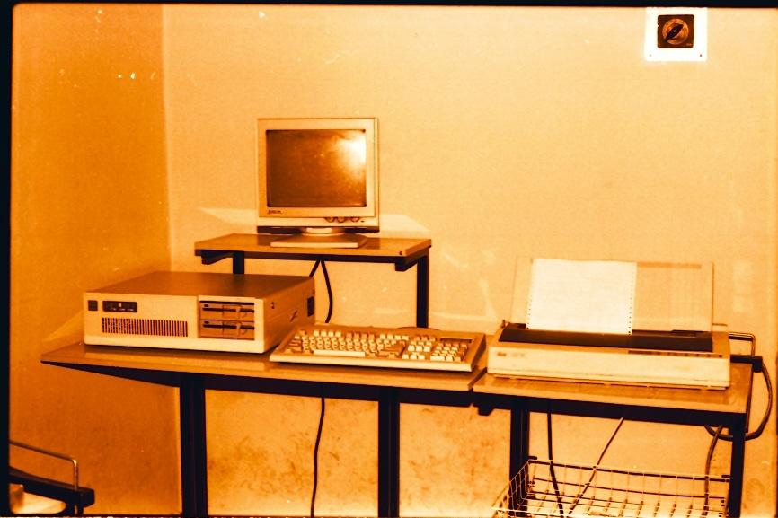 Pierwszy zestaw mikrokomputerowy IBM PC/AT w Zakładzie Systemów Informatycznych, 1990 r.