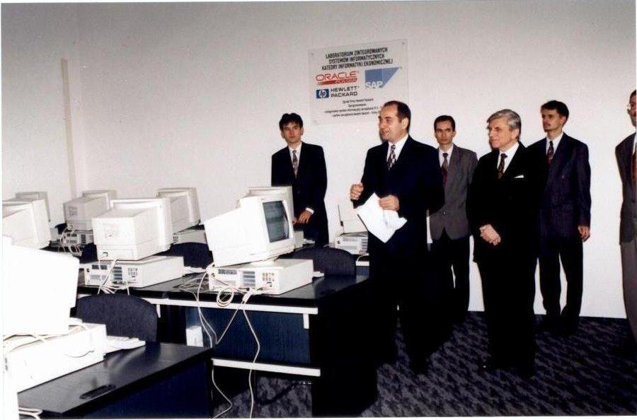 Otwarcie laboratorium z systemem SAP R/3 - 1996 r. (na zdjęciu od lewej: Arkadiusz Gromek, prof. Witold Abramowicz, JM Rektor AE w Poznaniu, prof. dr hab. Bohdan Gruchman, Krzysztof Ptak)