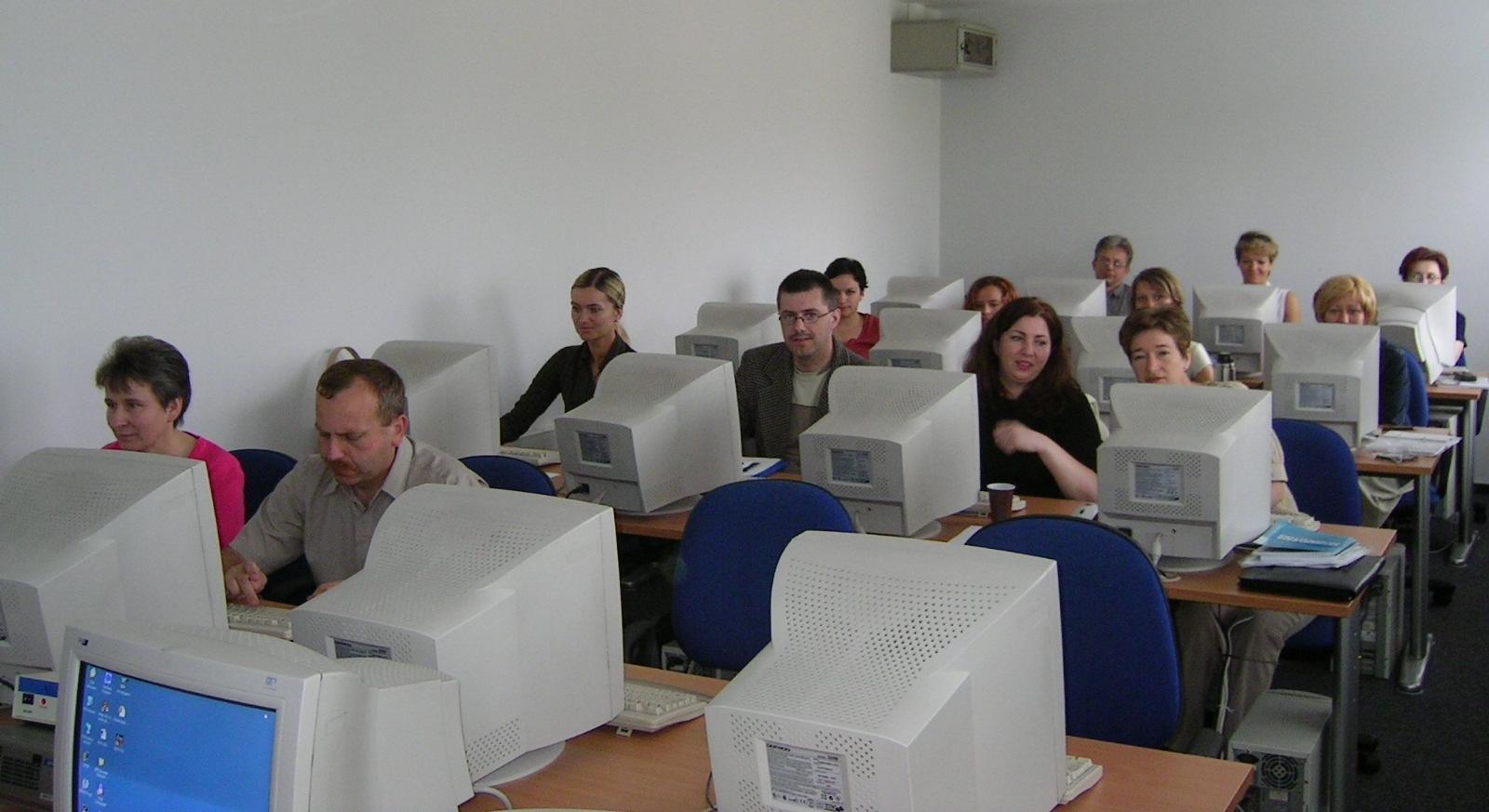 """Słuchacze studiów podyplomowych """"Informatyka dla nauczycieli"""" - 2004 r."""