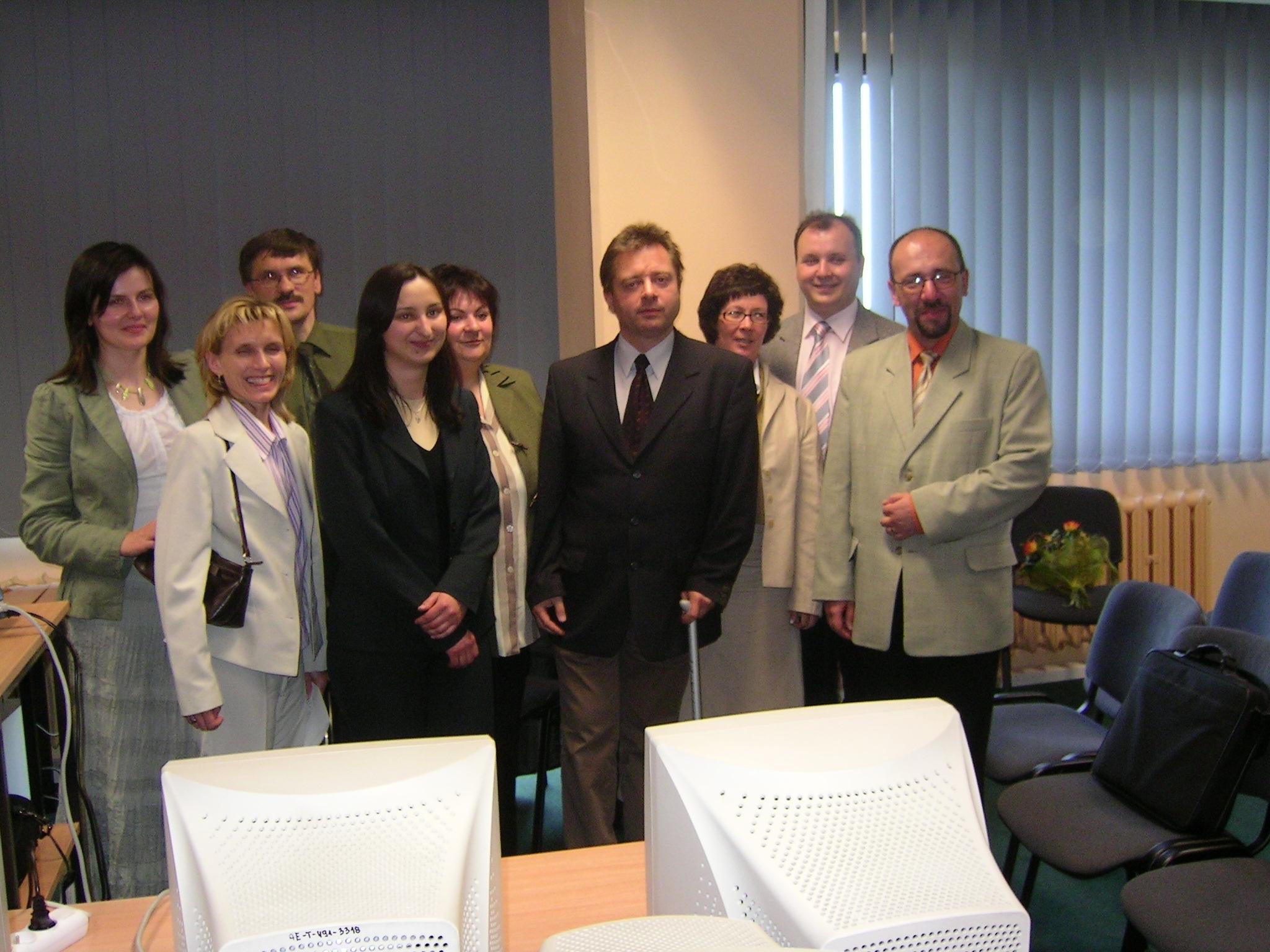 Obrona prac dyplomowych na studiach podyplomowych ,,Informatyka dla nauczycieli''(na zdjęciu Dariusz Kessel, wieloletni nauczyciel, wśród słuchaczy studiów podyplomowych)